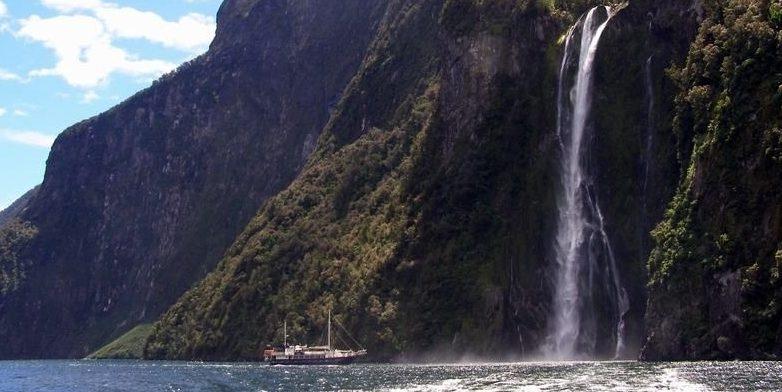 ニュージーランド ミルフォードサウンドのスターリン滝